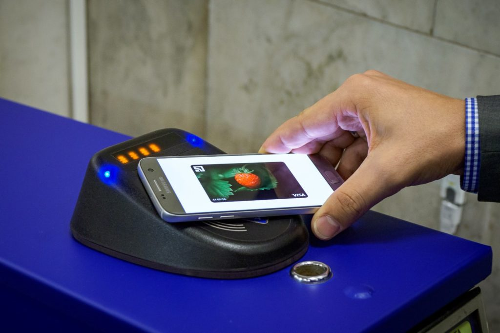 Магнит Косметик и Apple Pay
